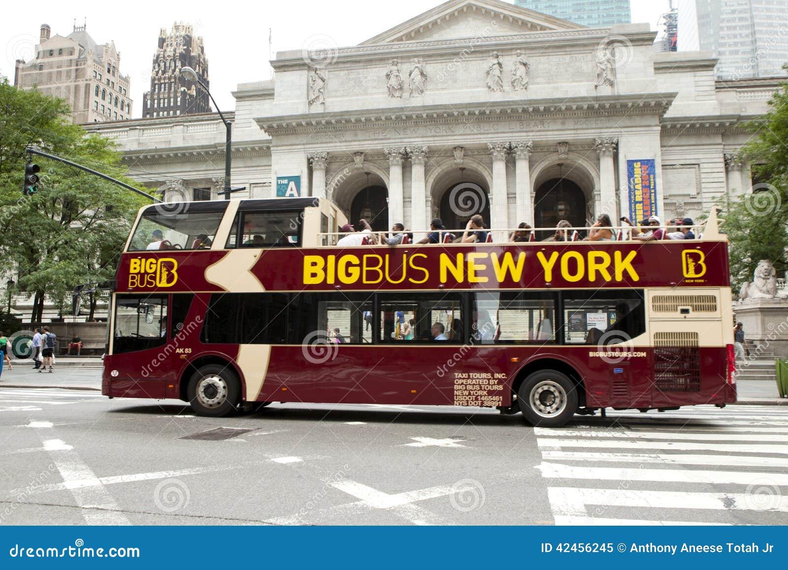 bus turstico del autobs de dos pisos delante de la biblioteca de new york city foto