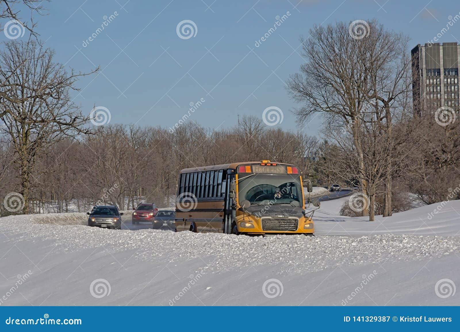 Bus und Autos auf einem Straße thourgh der Schnee