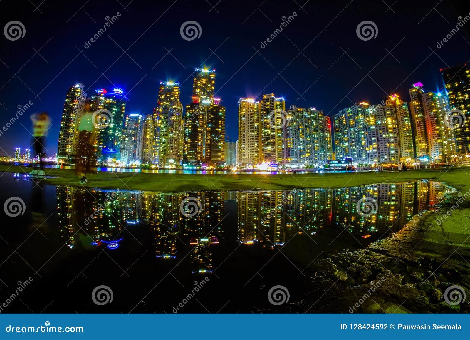 Busan pejzaż miejski przy nighttime z odbiciem przy Haeundae plażą
