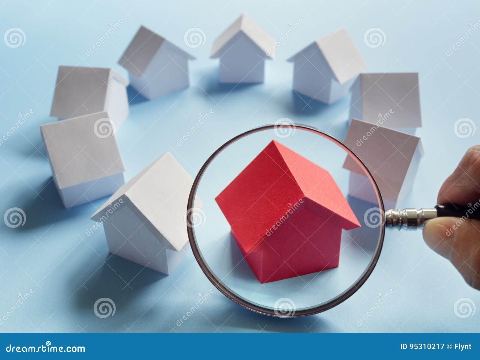 Buscando para las propiedades inmobiliarias, la casa o el nuevo hogar