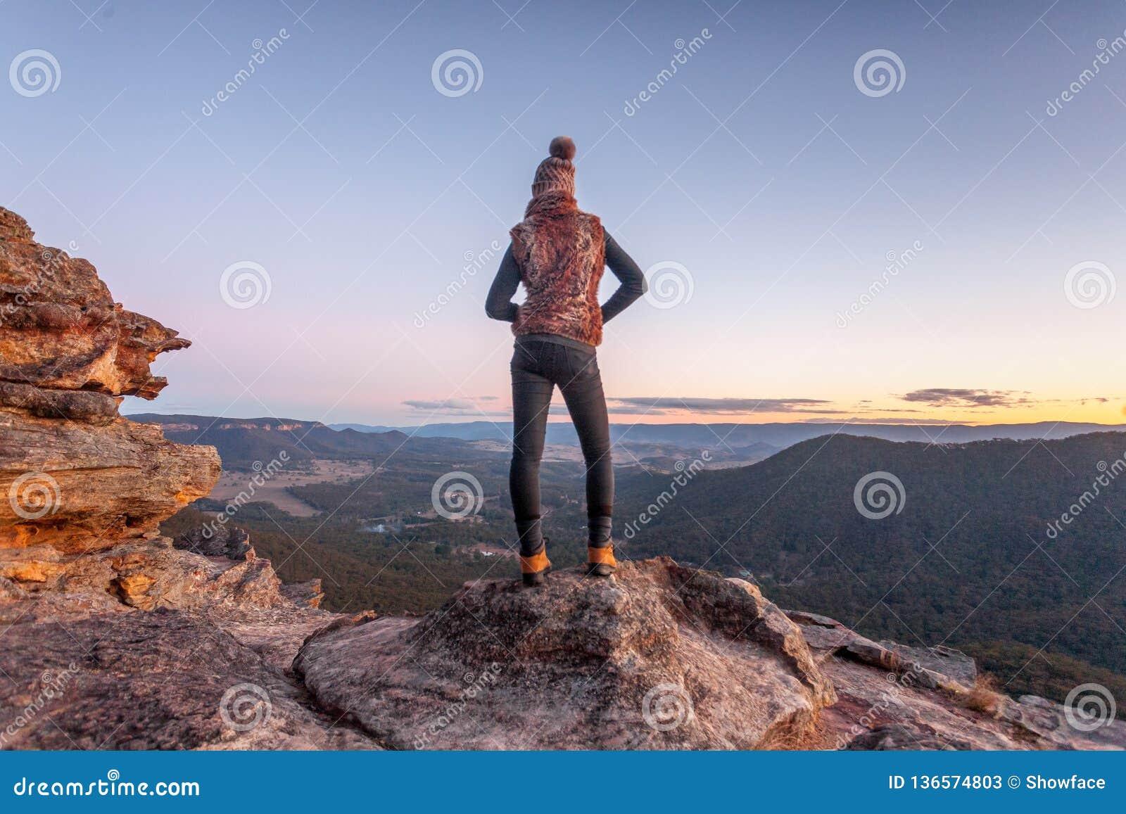 Bushwalker på toppmöte av berget med dalsikter
