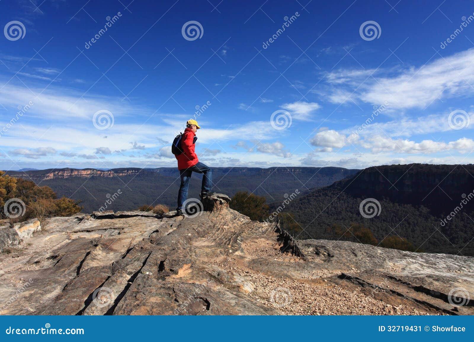 Bushwalker podziwia widok od mieszkanie skały Wentworth Spada