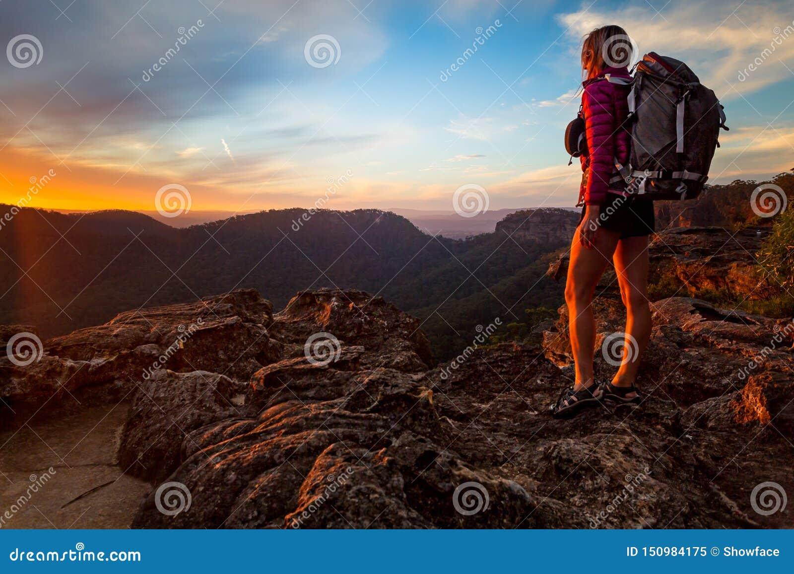 Bushwalker sur une hausse en montagnes bleues supérieures à faire une pointe