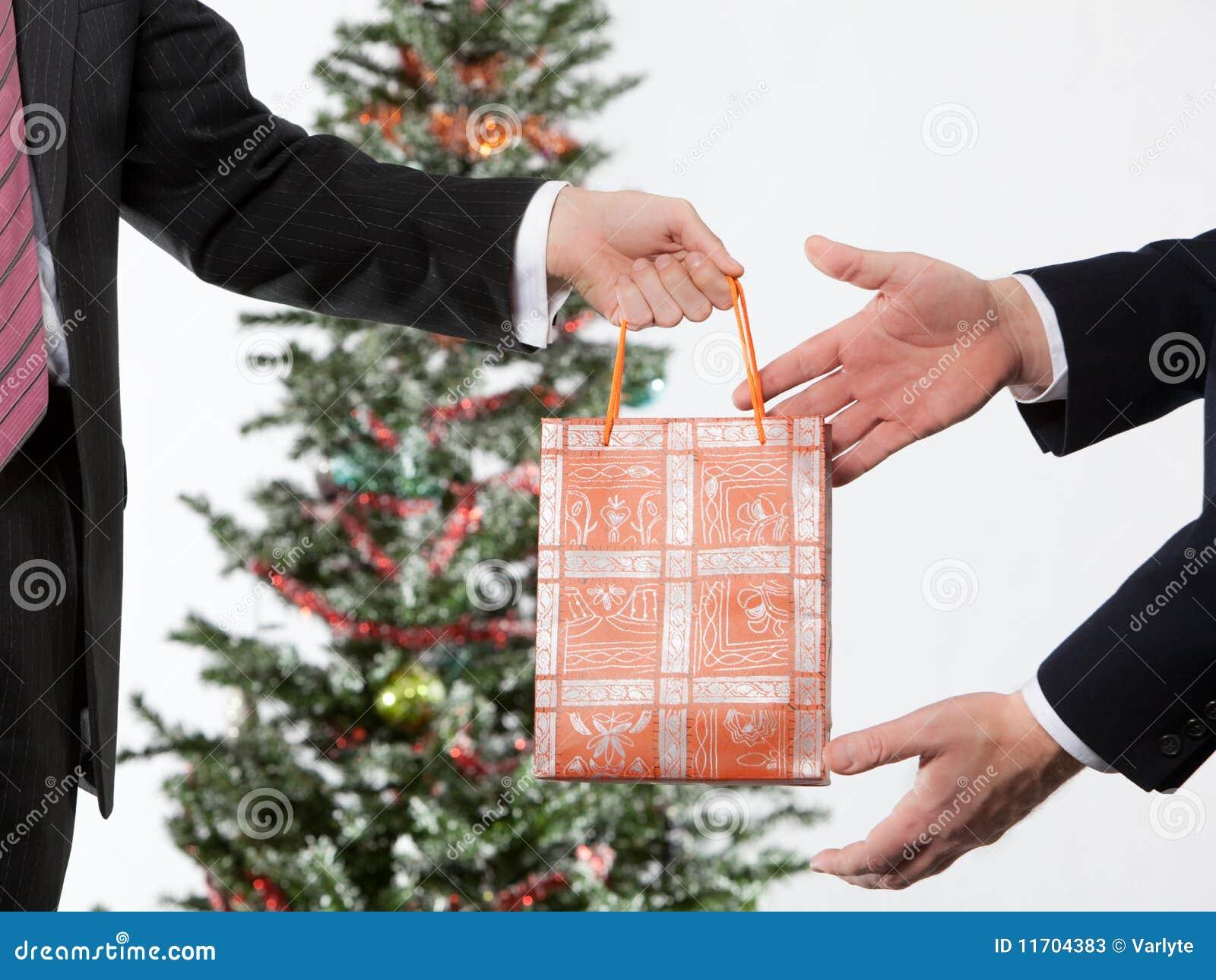 Businees Mann, Der Ein Weihnachtsgeschenk Bildet Stockbild - Bild ...