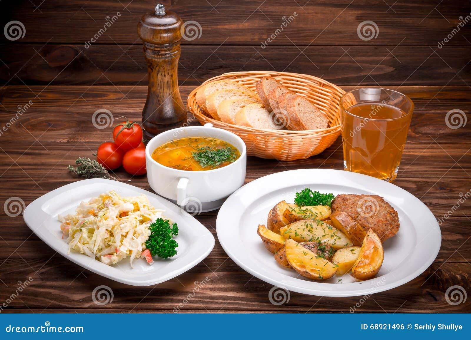 Сколькими способами это можно сделать, если: главная первые блюда у вовы на обед первое второе третье блюда и салат он обязательно.