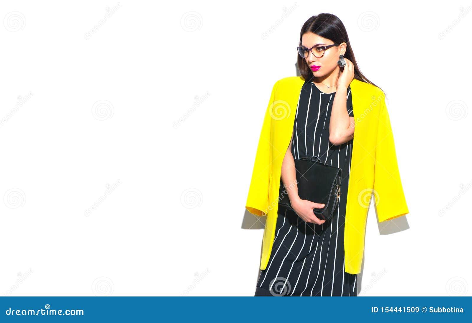 2 business woman 时髦黄色戴着眼镜的秀丽性感的式样女孩,在白色