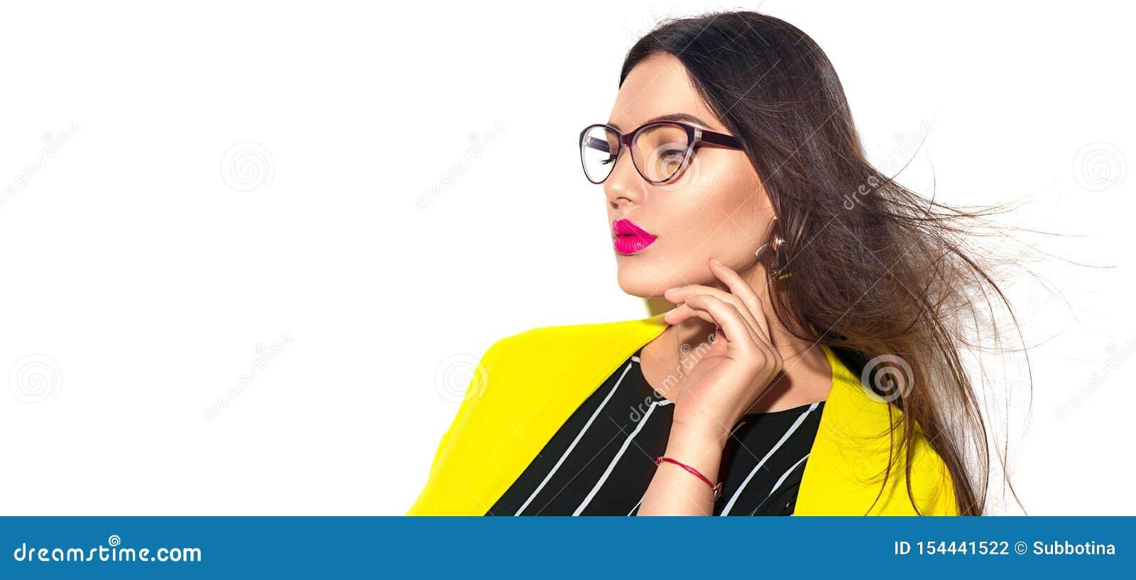 2 business woman Sexig modellflicka för skönhet i moderiktiga gula bärande exponeringsglas som isoleras på vit