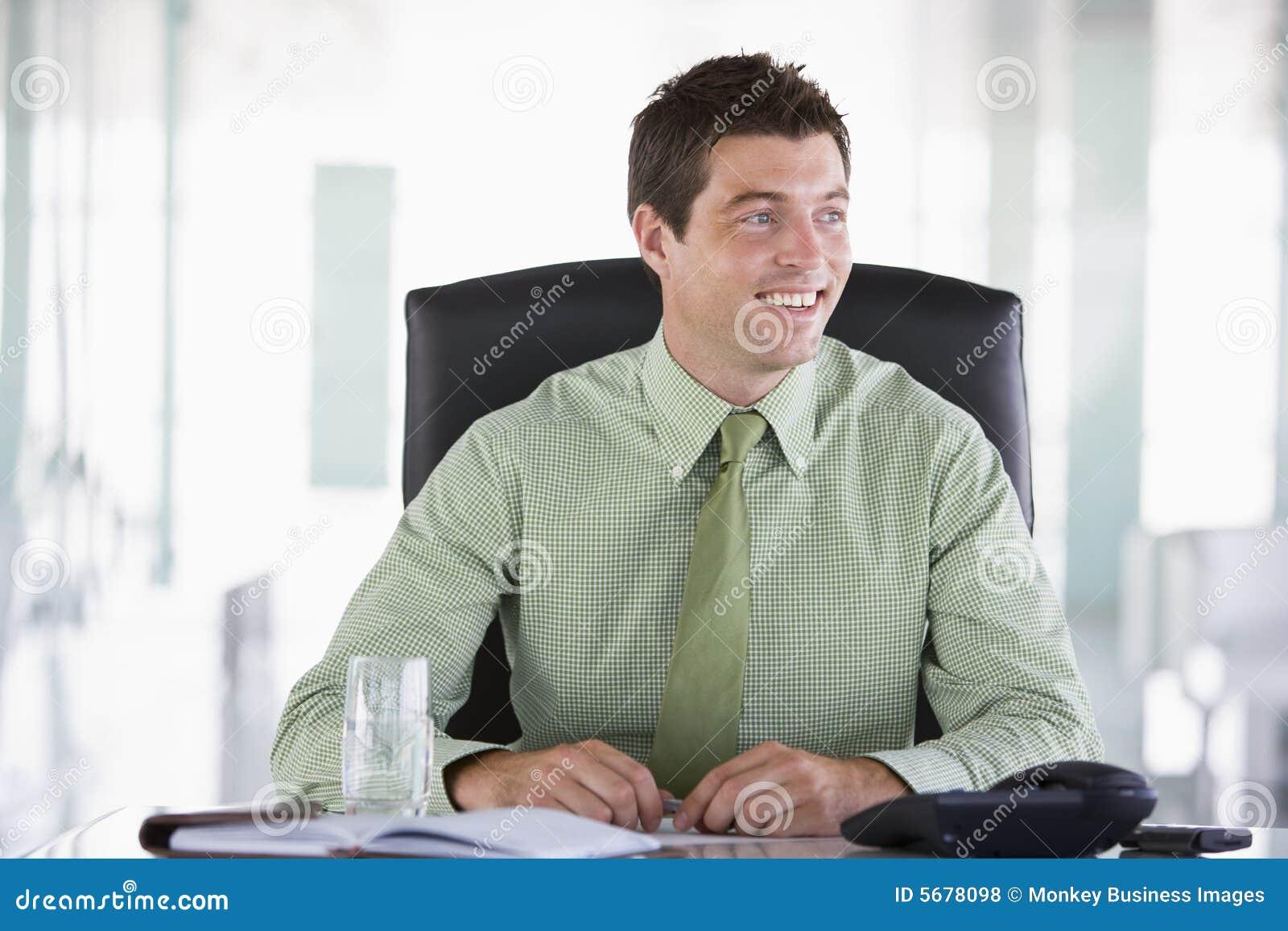 Сидит в рабочем кабинете 15 фотография