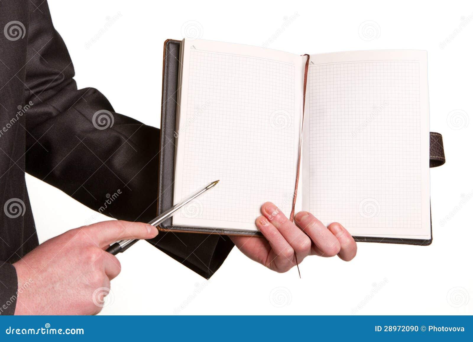 Businessmans ręka trzyma pióro prosi podpis na docu