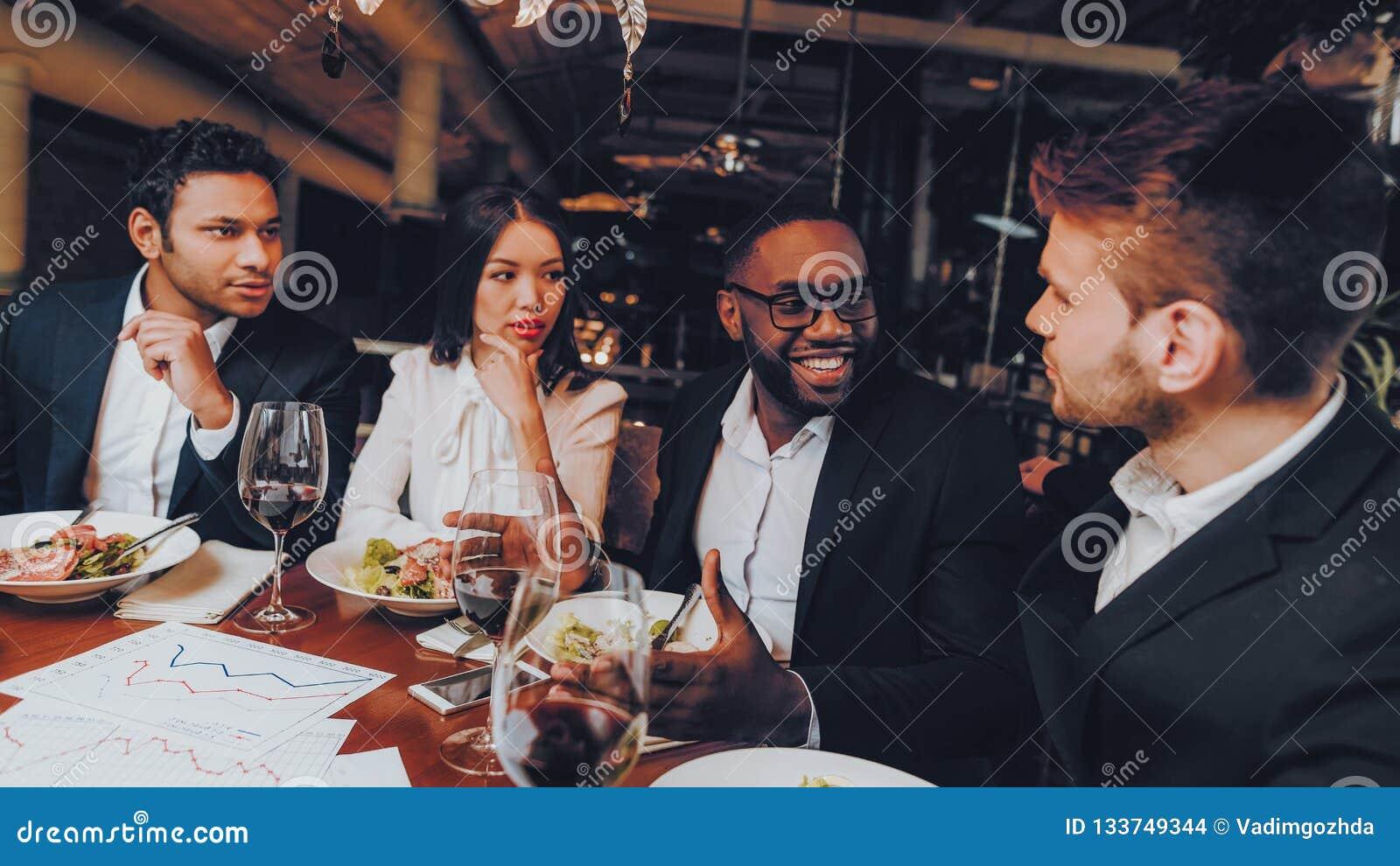 Businessmans som har möte i inomhus restaurang