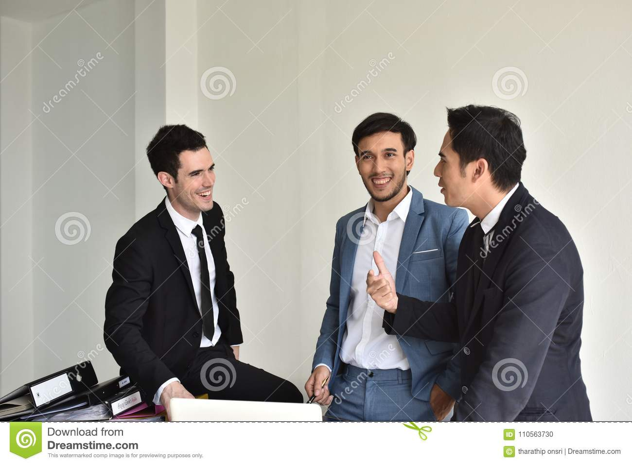 Businessmen Employees or business people are delighted to receive good news.