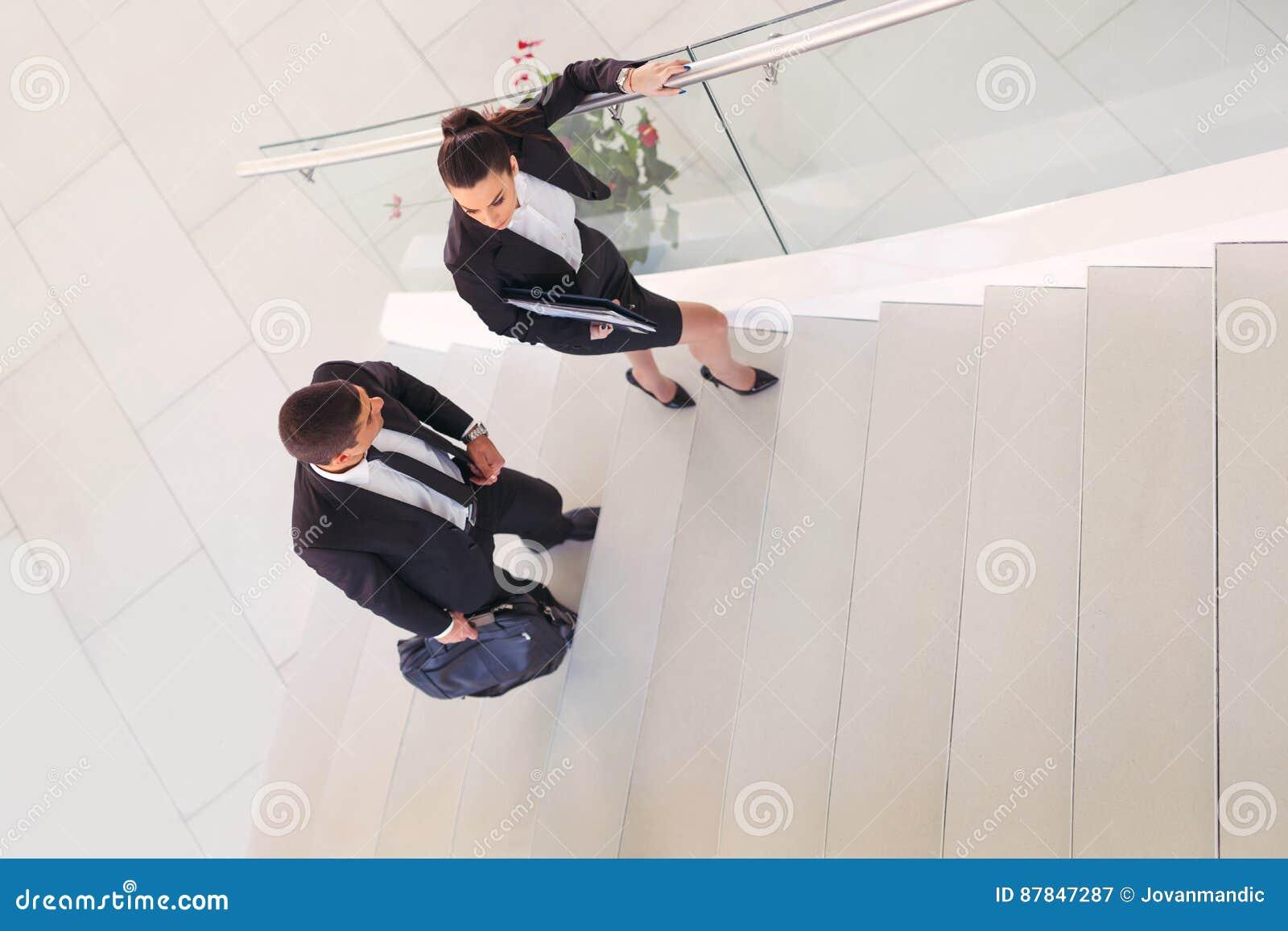 Businesspeople που μιλά καθώς μπαίνουν μέσα το γραφείο