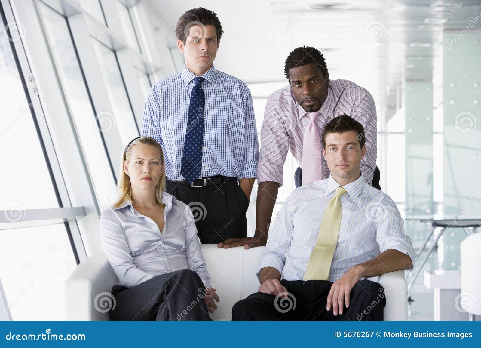 Businesspeople fyra övar påtryckningar kontoret
