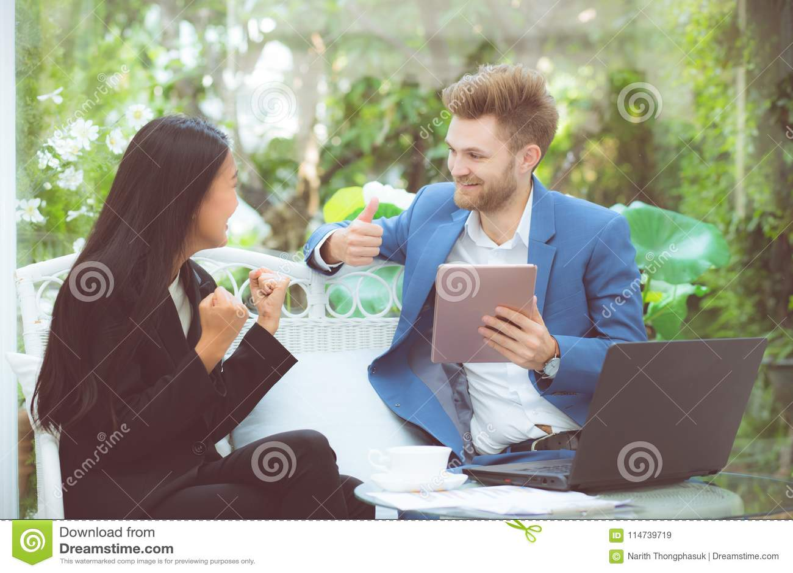 Businesspeople som använder den digitala minnestavladatoren som arbetar i det moderna kontoret, teamwork för planläggning för per