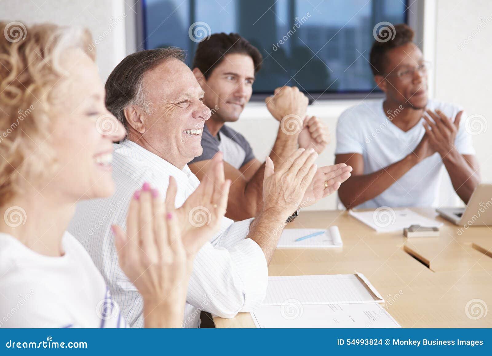 Businesspeople som applåderar kollegan i styrelse