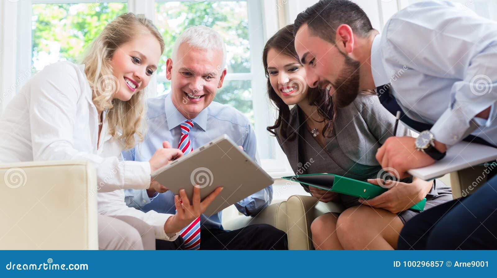 Businesspeople som har diskussion i regeringsställning
