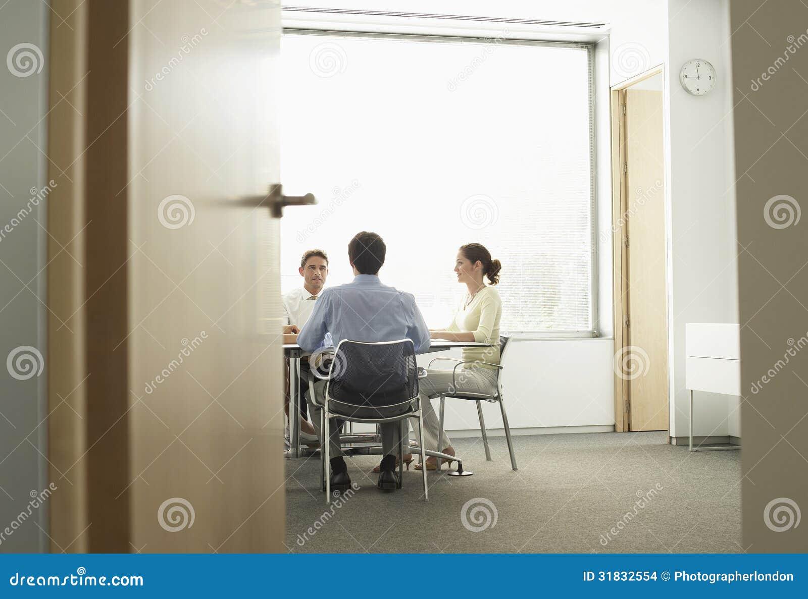 Businesspeople som har ett möte i styrelse