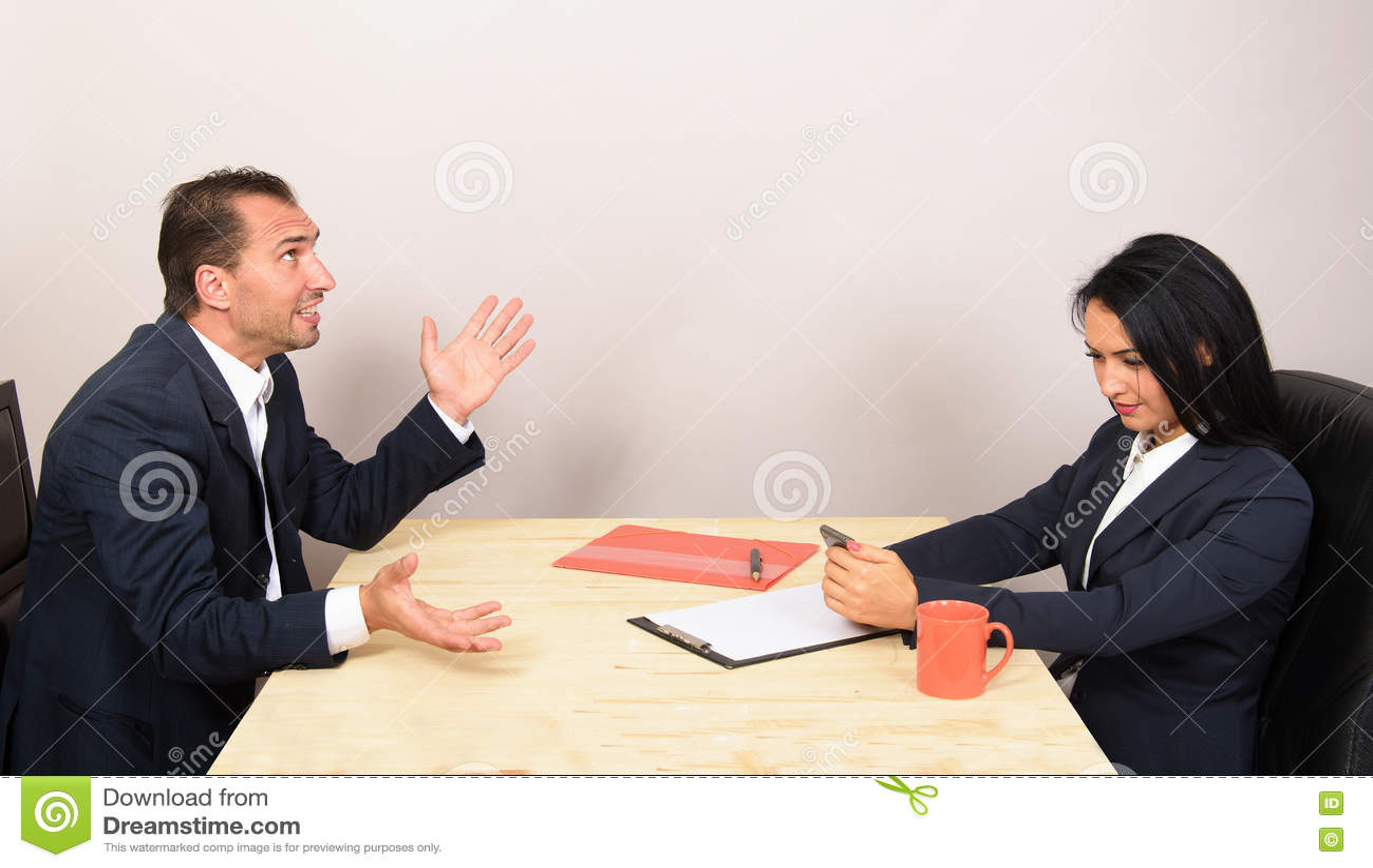 Businesspeople som sitter på tabellen