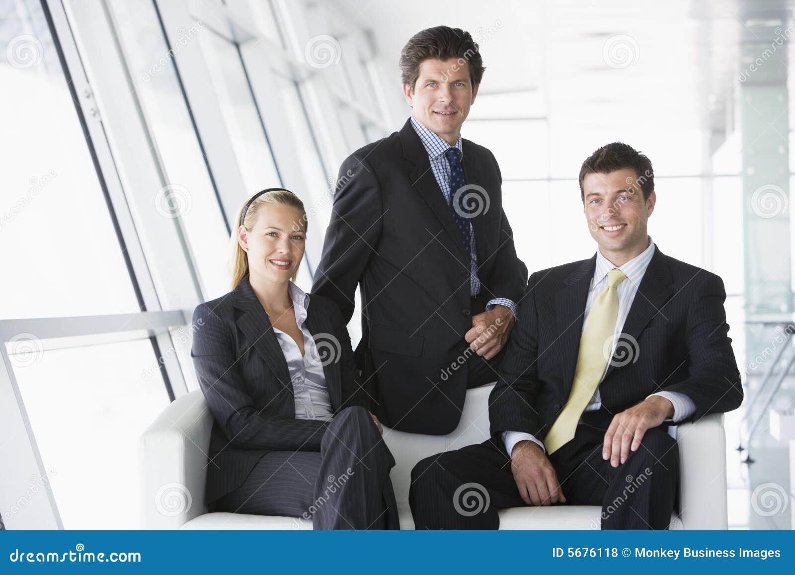 Businesspeoplelobbykontor som sitter tre