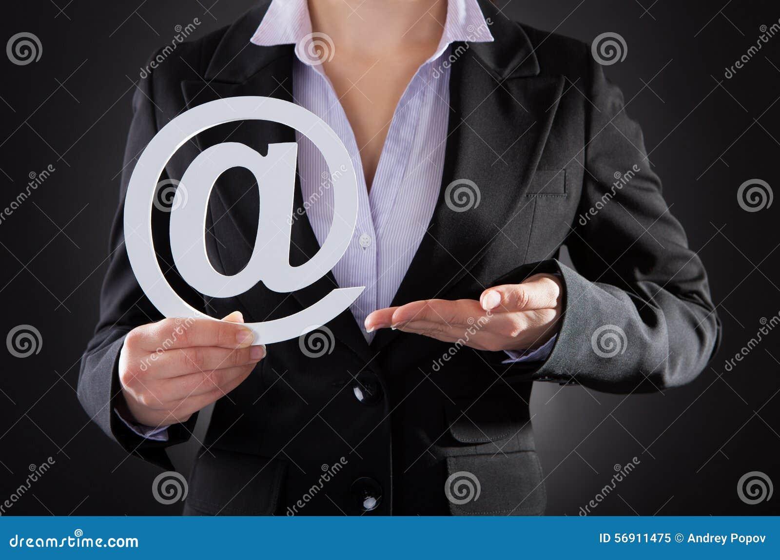 Businessperson με το σύμβολο ηλεκτρονικού ταχυδρομείου
