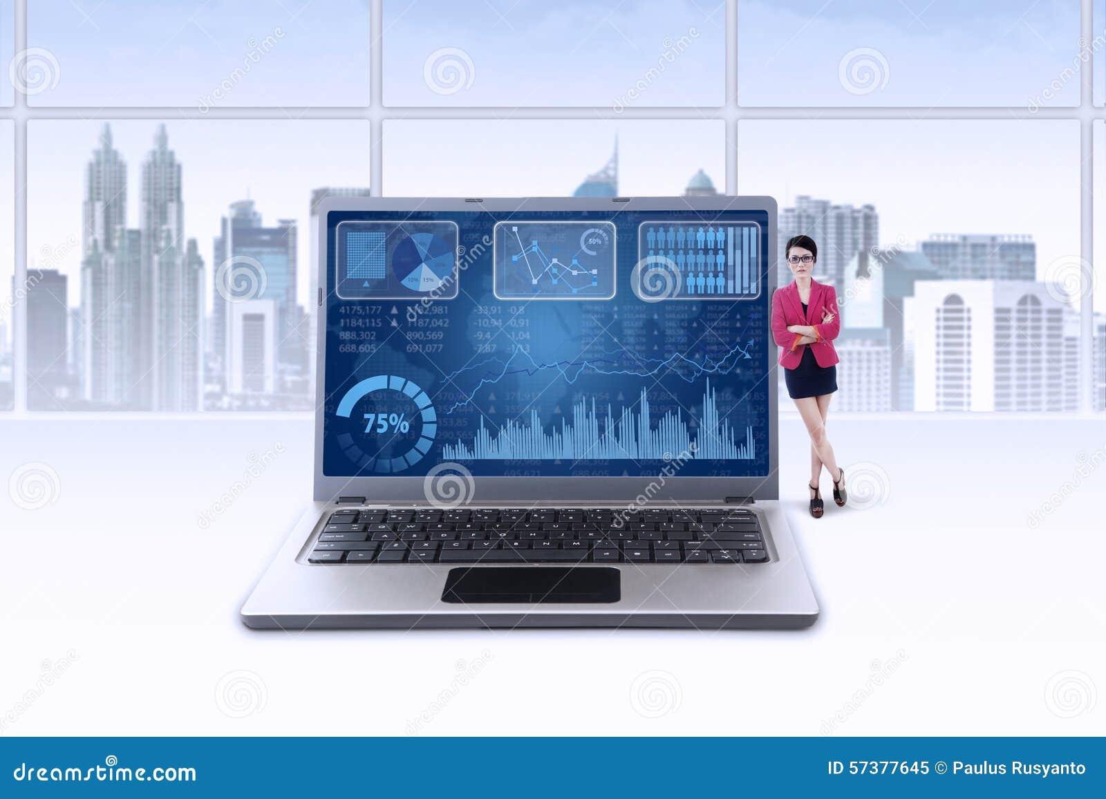 Businessperson leunt op laptop met grafiek