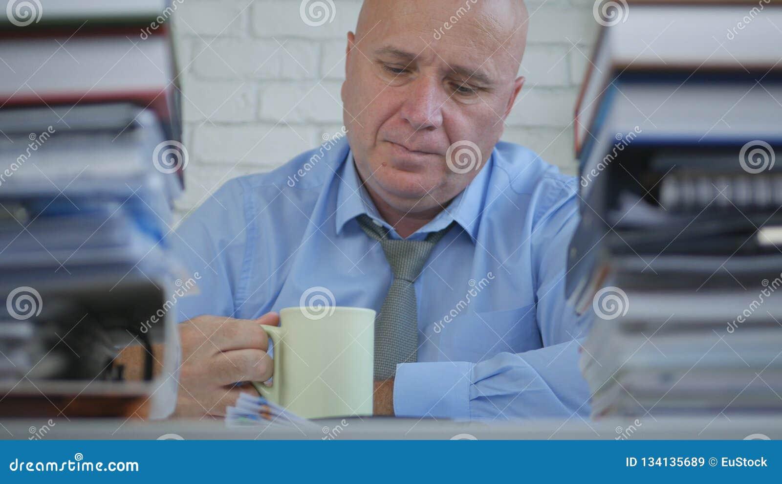 Businessperson In Office Room neemt een Pauze het Drinken Koffie