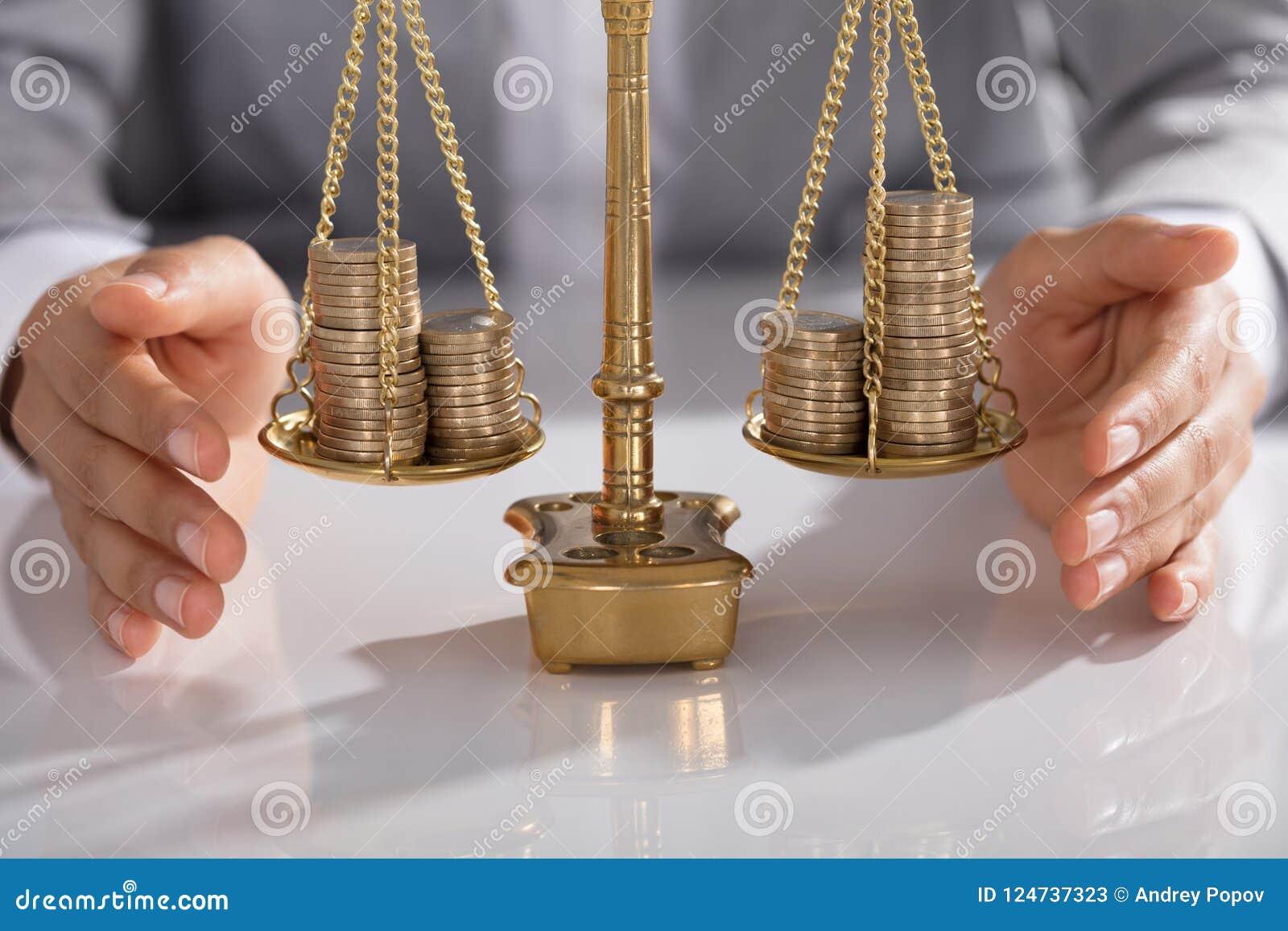 Businessperson Protecting Justice Scale med staplat av mynt