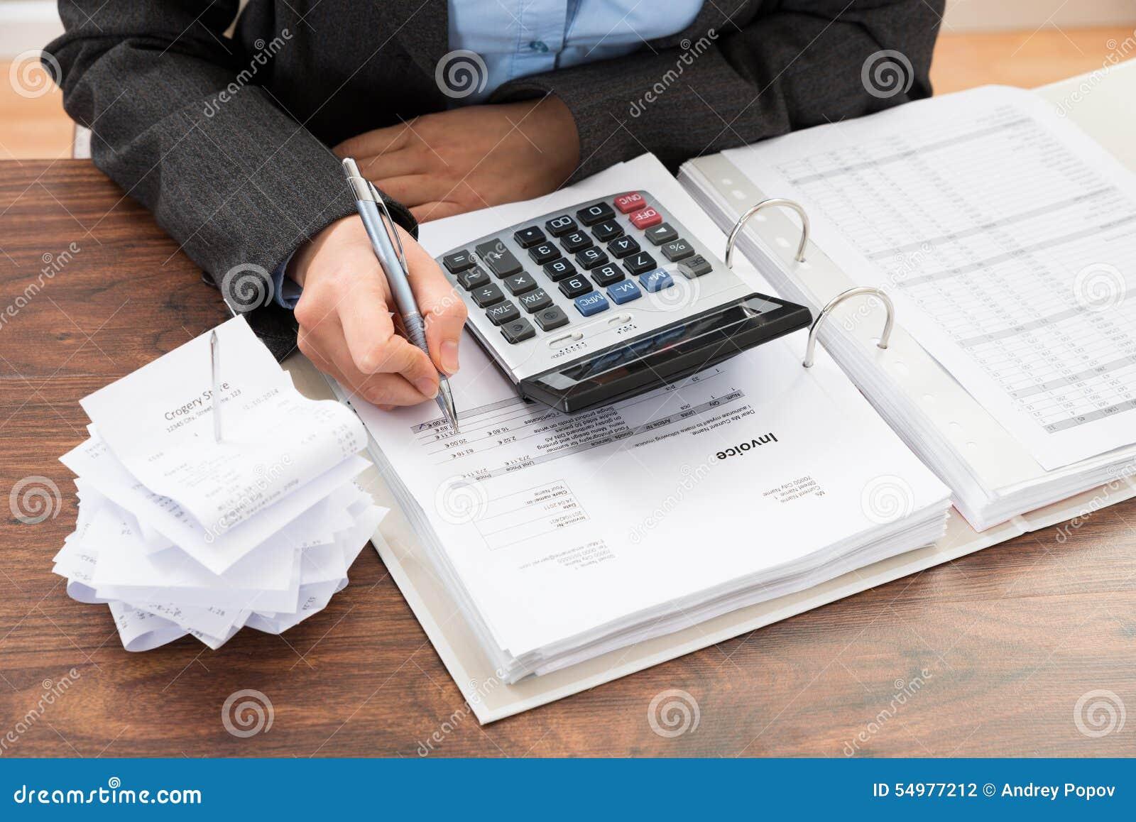 Businessperson som beräknar räkningar