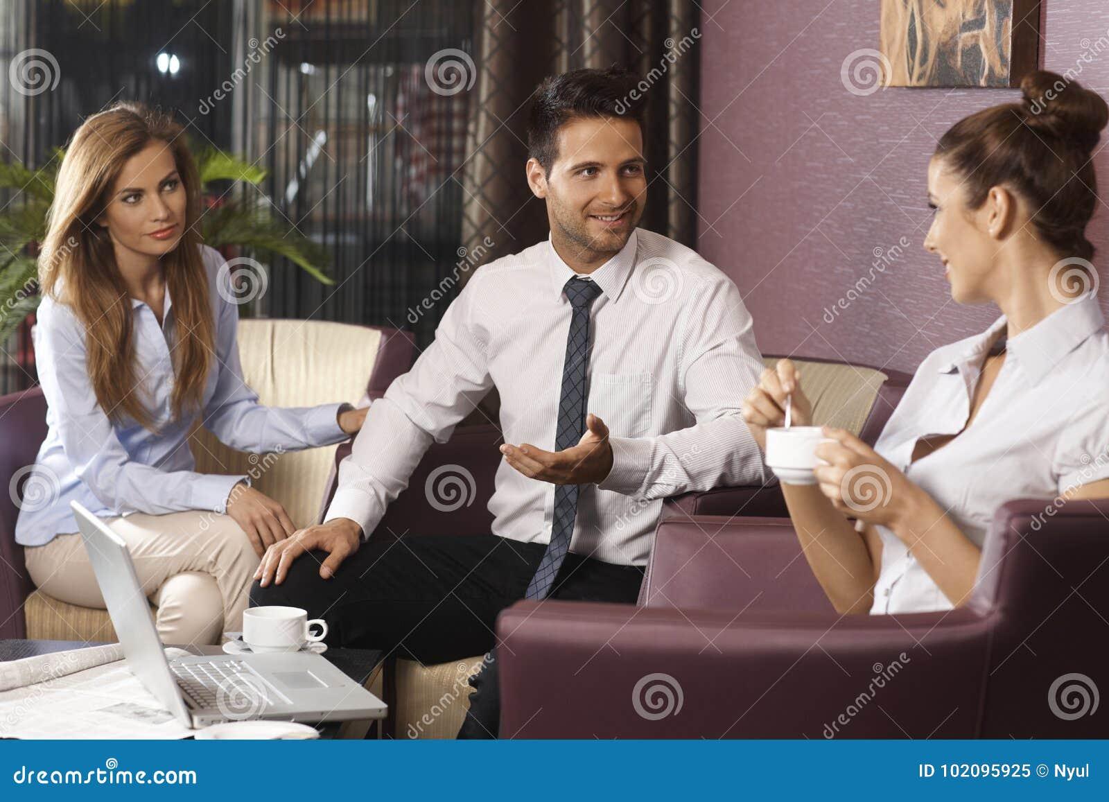 Businessteam работая поздно на лобби или баре гостиницы