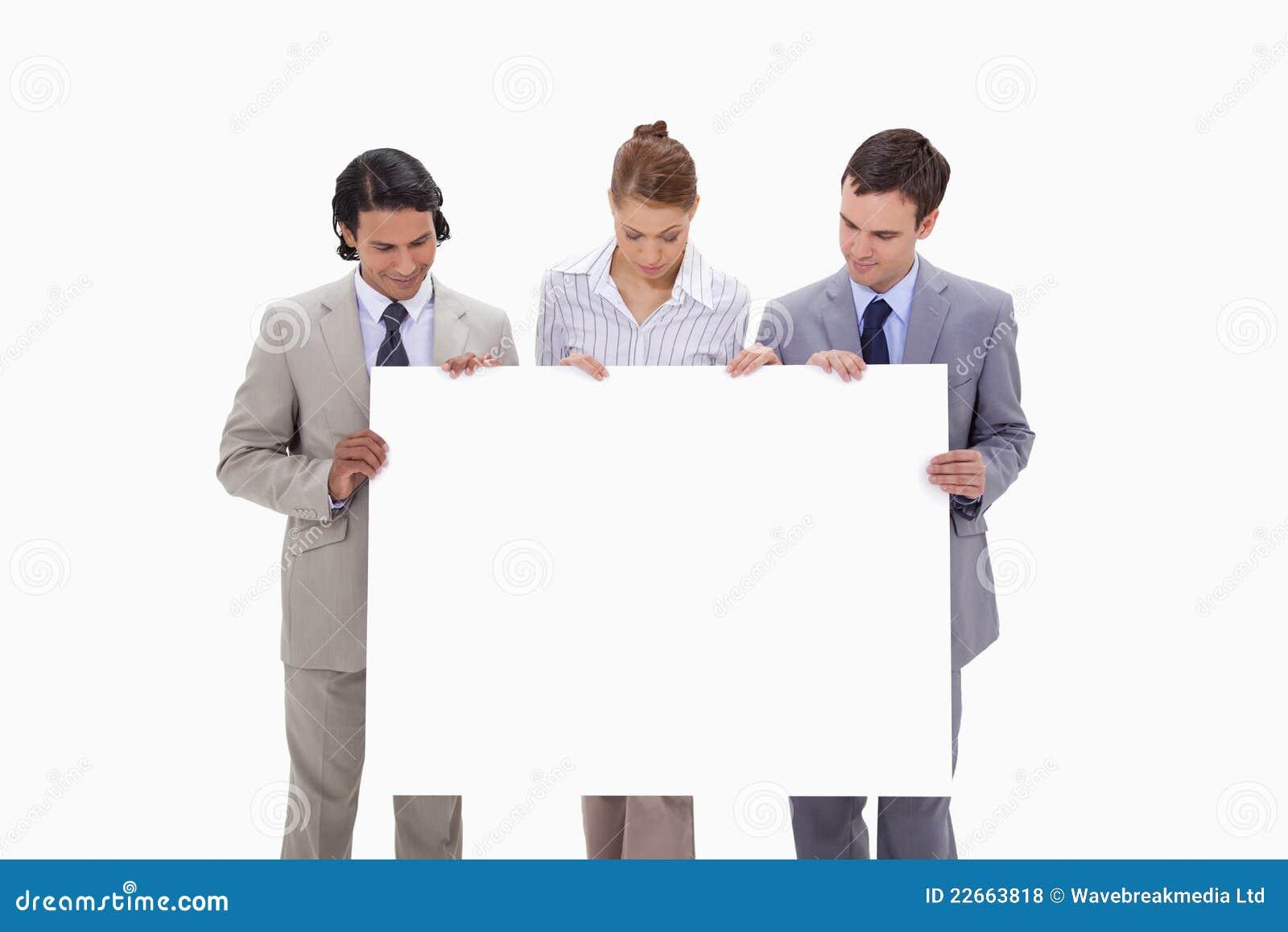 Businessteam смотря пусто подписывает внутри их руки