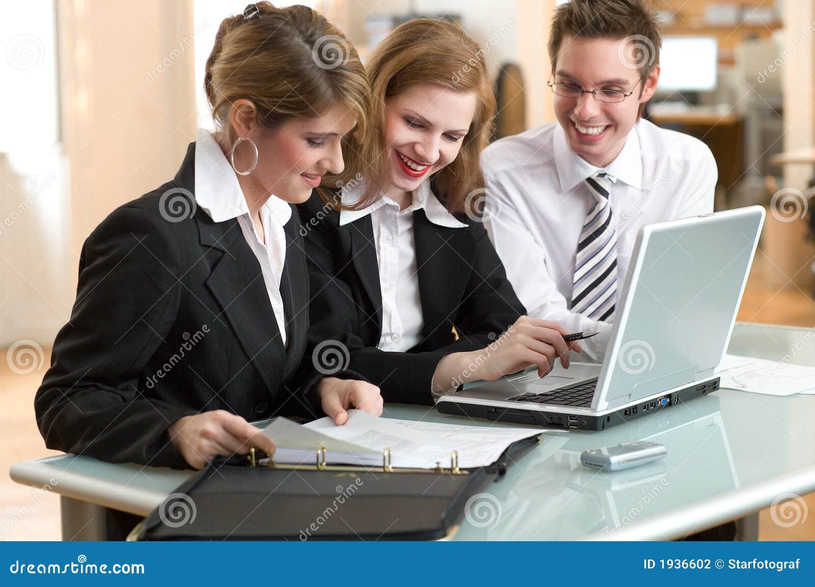 Businessteam bei der Arbeit im Büro