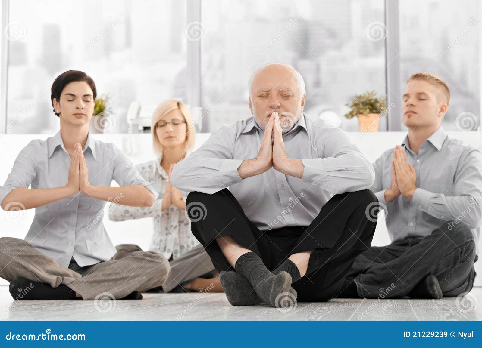Businessteam che fa meditazione di yoga