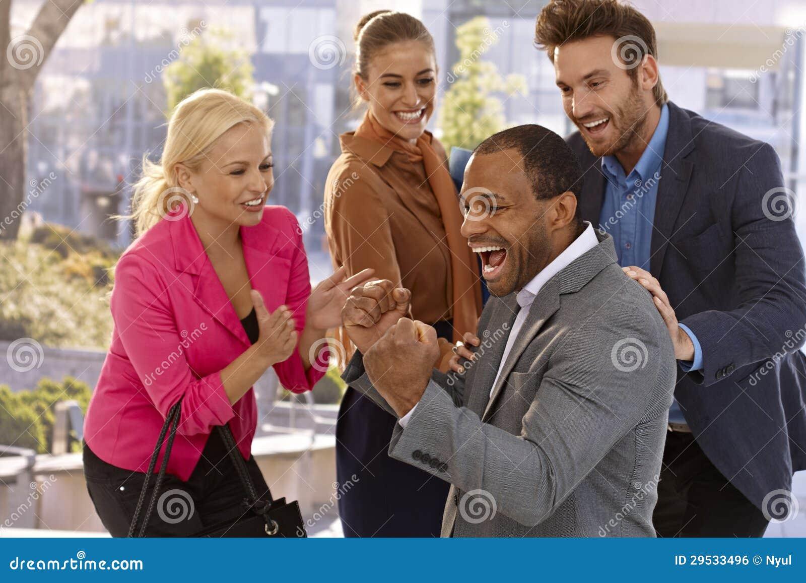 Businessteam feliz que comemora o sucesso