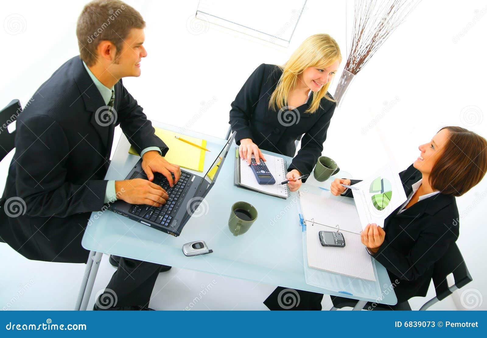 Businessteam heureux sur le contact