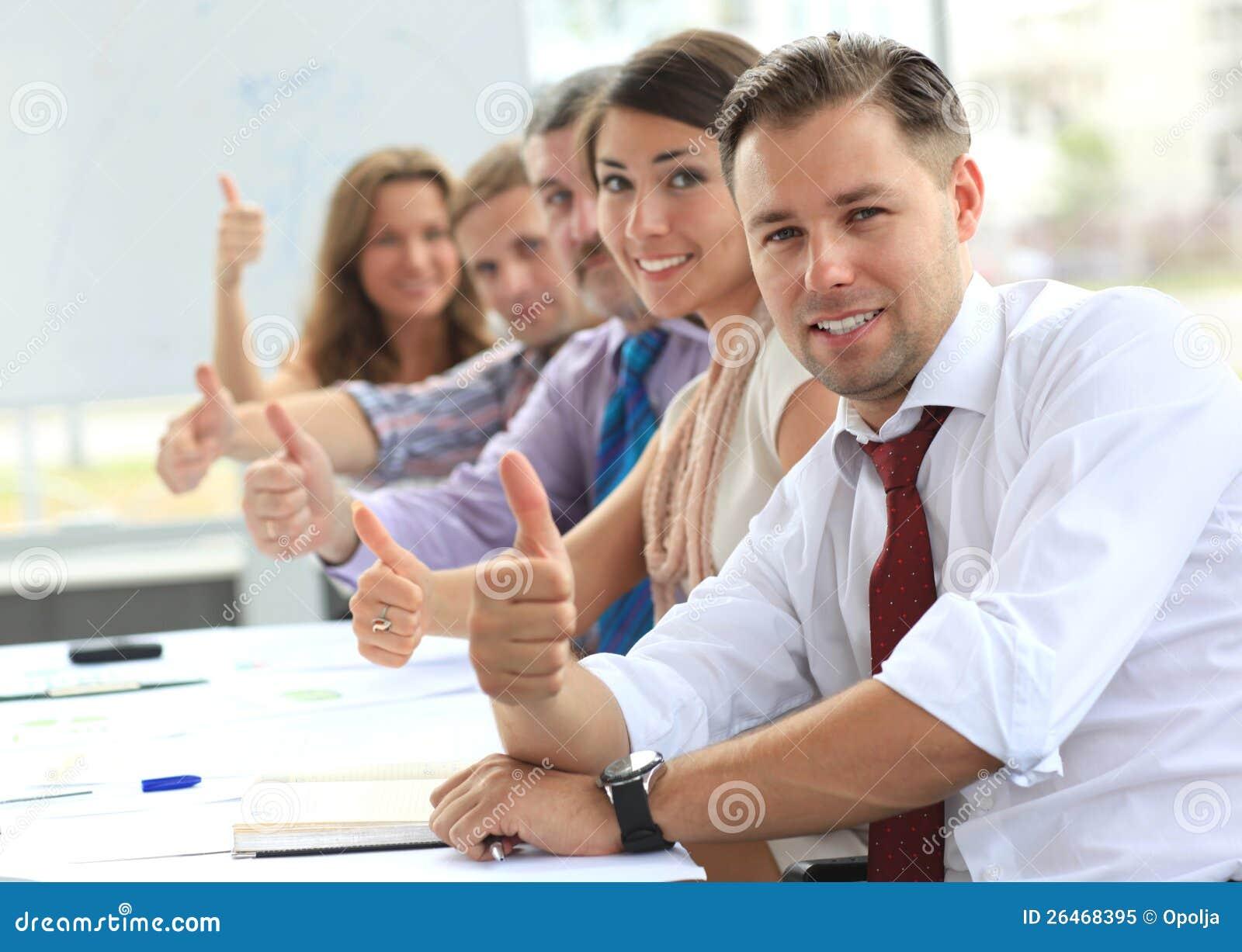 Businessteam met omhoog duimen