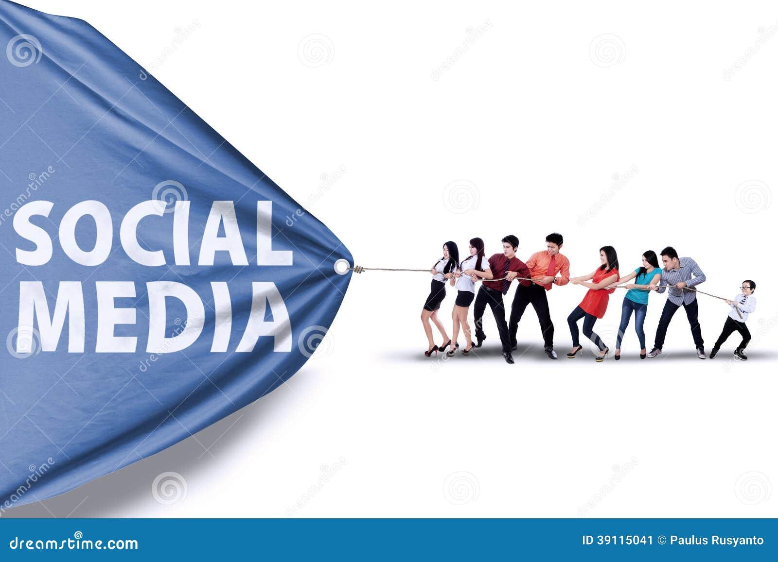Businessteam que puxa uma bandeira de meios sociais
