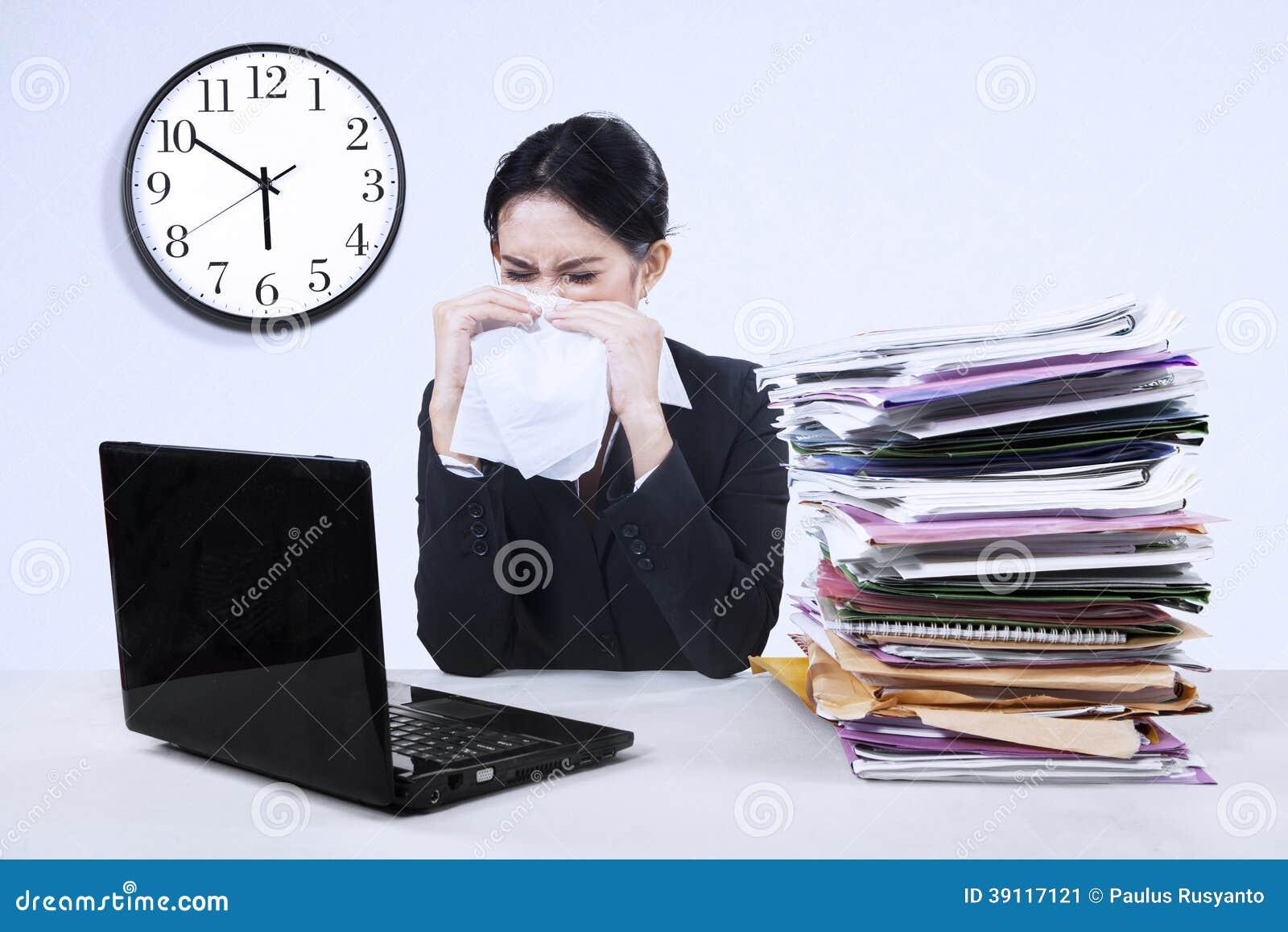 Businesswoma die griep hebben
