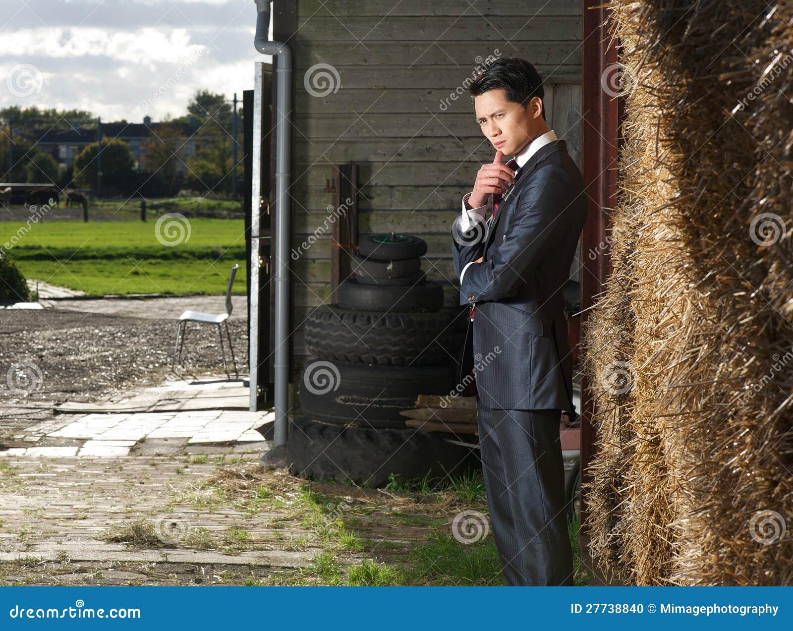 Businnessman dans la pose restante à la ferme
