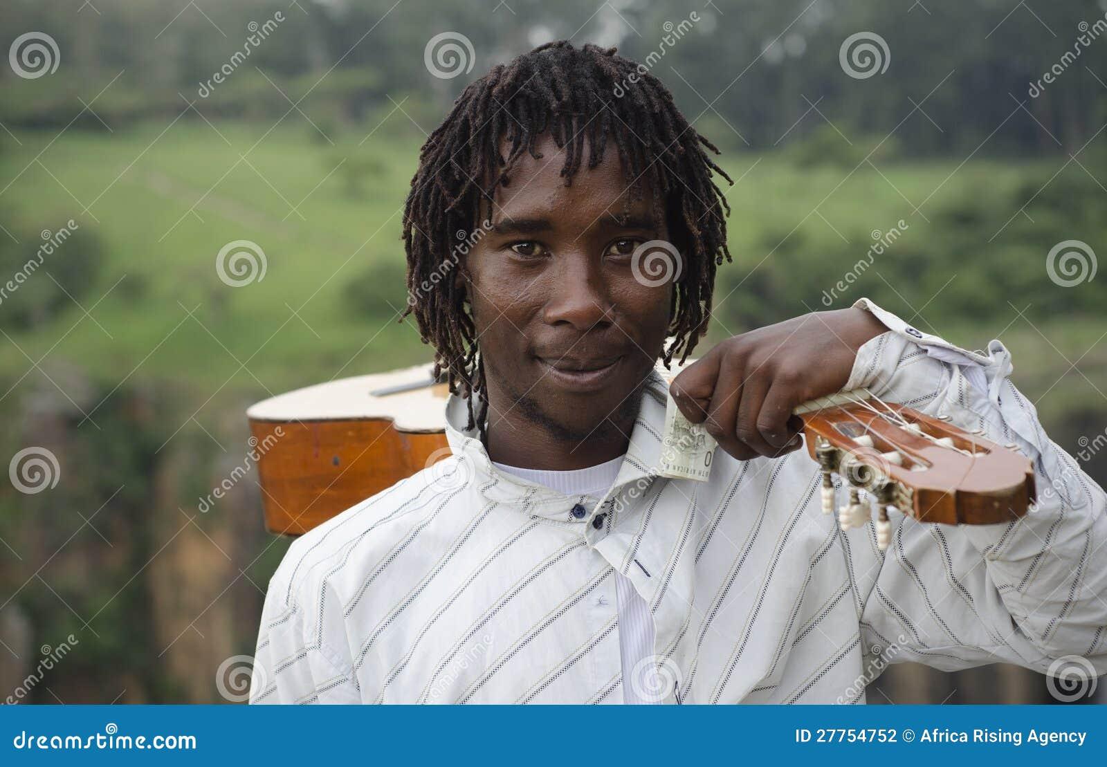 Busker africain avec la guitare sur l épaule