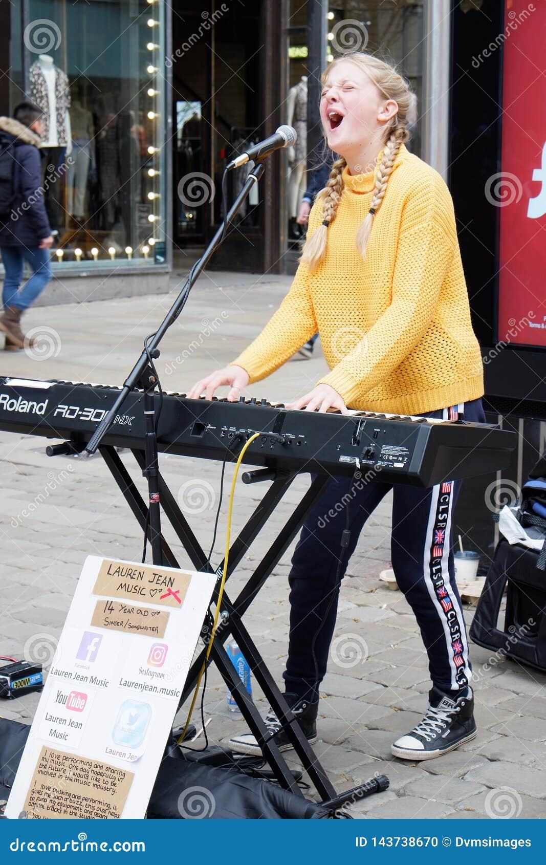 Busker cantante de la muchacha con el teclado