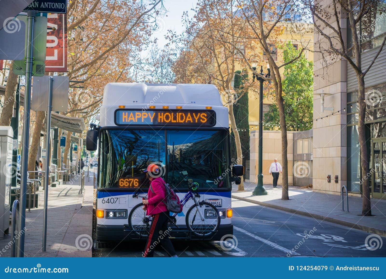 Buss för offentligt trans. som gör ett stopp, San Jose