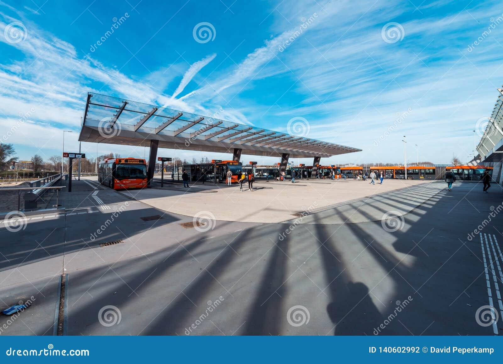 Buss/gångtunnel/tunnelbana/underjordisk station Amsterdam Noord, Nederland