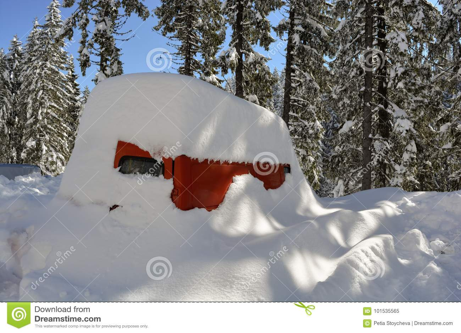 Buss som begravas under djup snö efter en snöstorm i berget snowdrift
