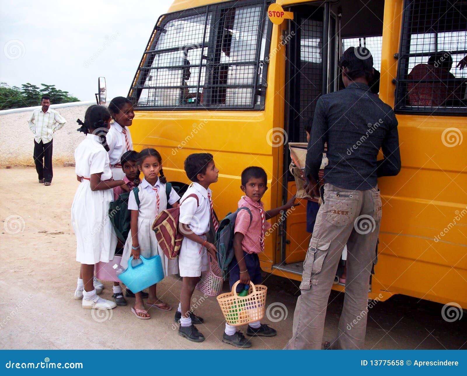 Bussbarn som får den indiska skolan