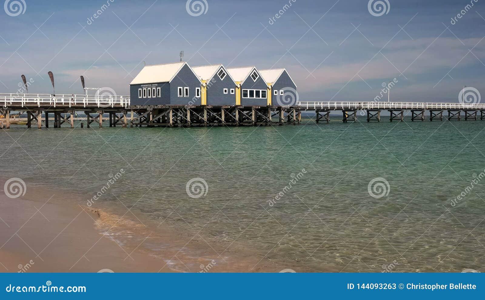 BUSSELTON, zachodnia australia, AUSTRALIA LISTOPAD 9, 2015: ranku widok busselton jetty prawie 2km długi