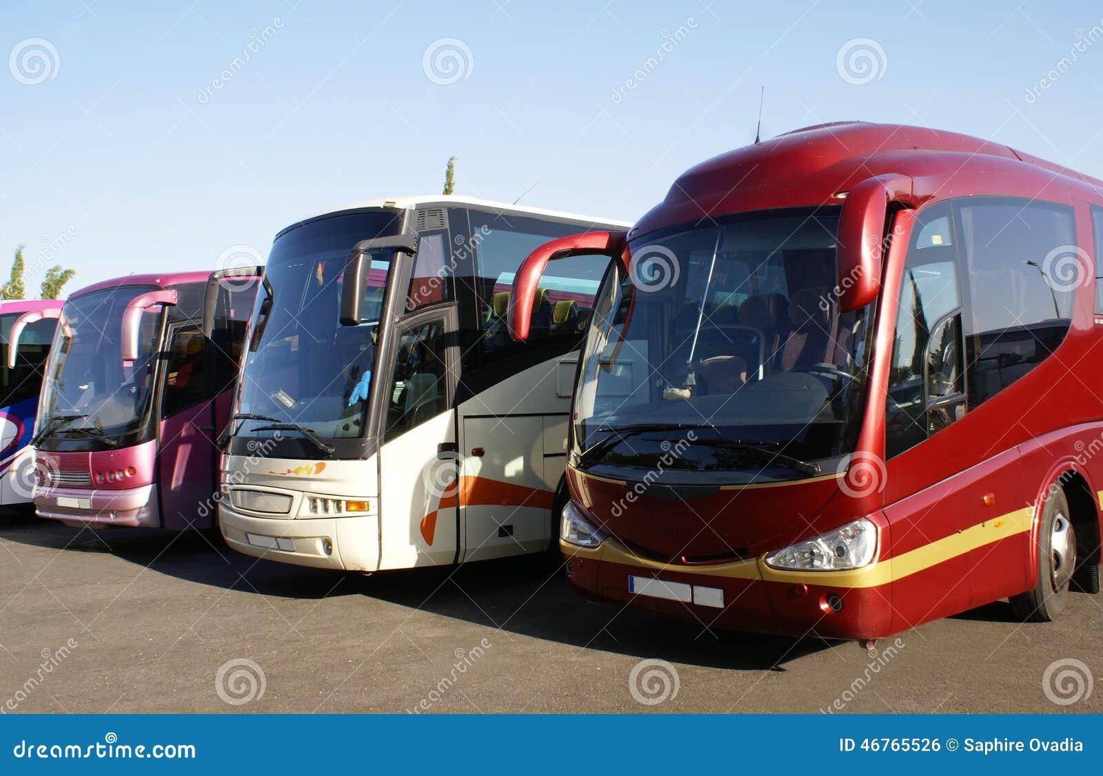 Bussen of bussen die in een parkeerterrein worden geparkeerd