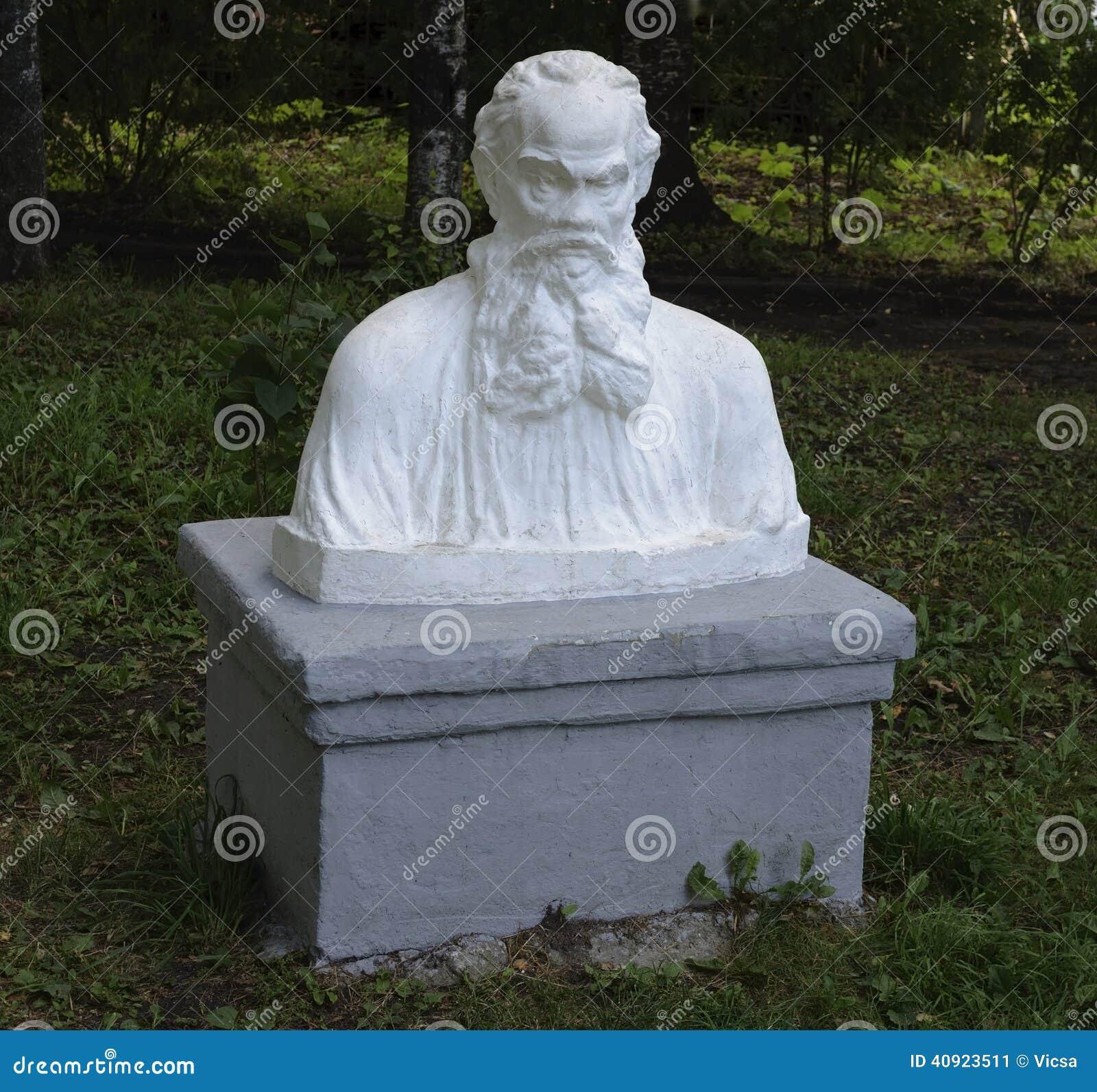 Buste de Leo Tolstoy en parc