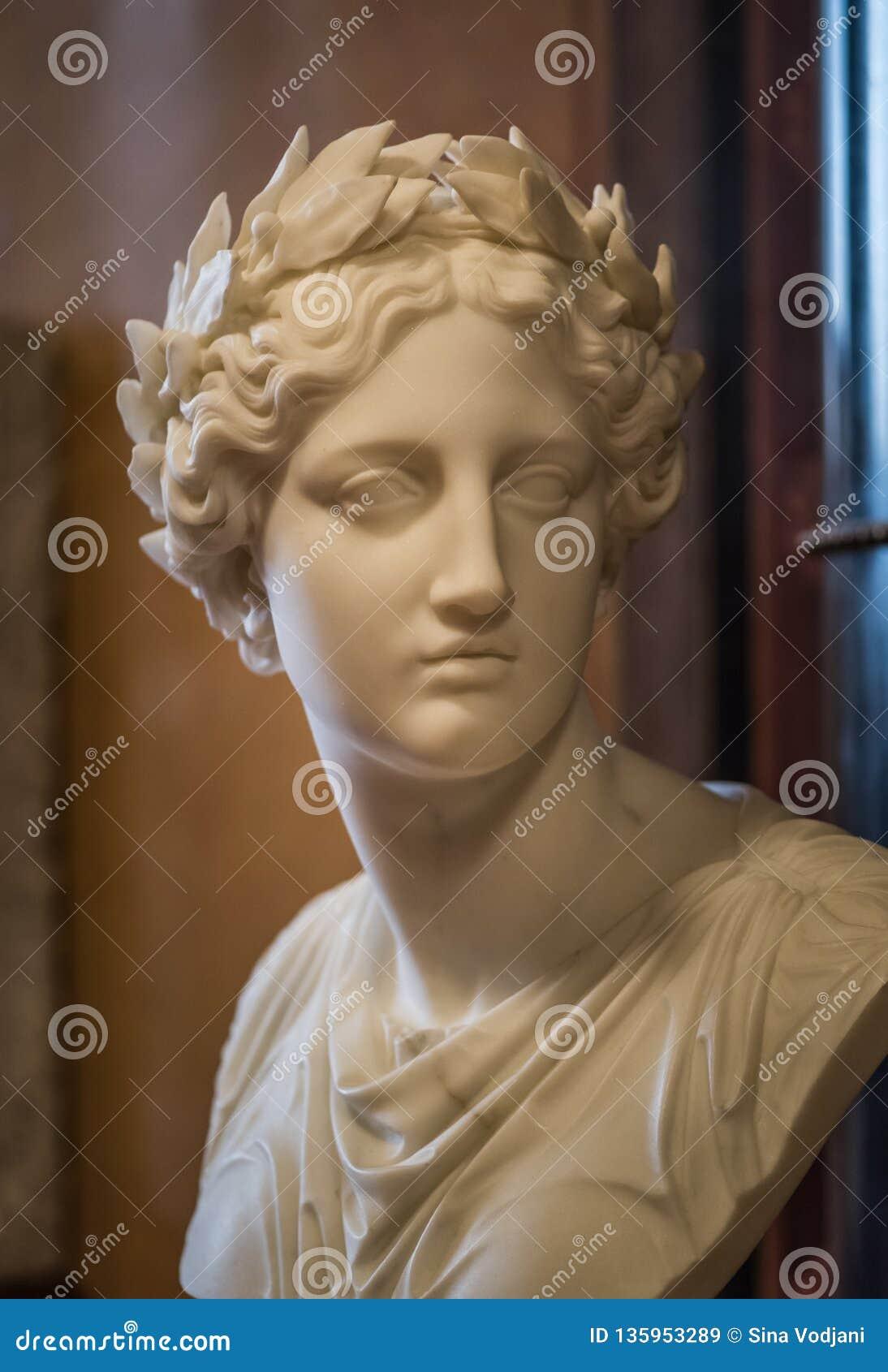 Buste de statue de marbre avec le laurier