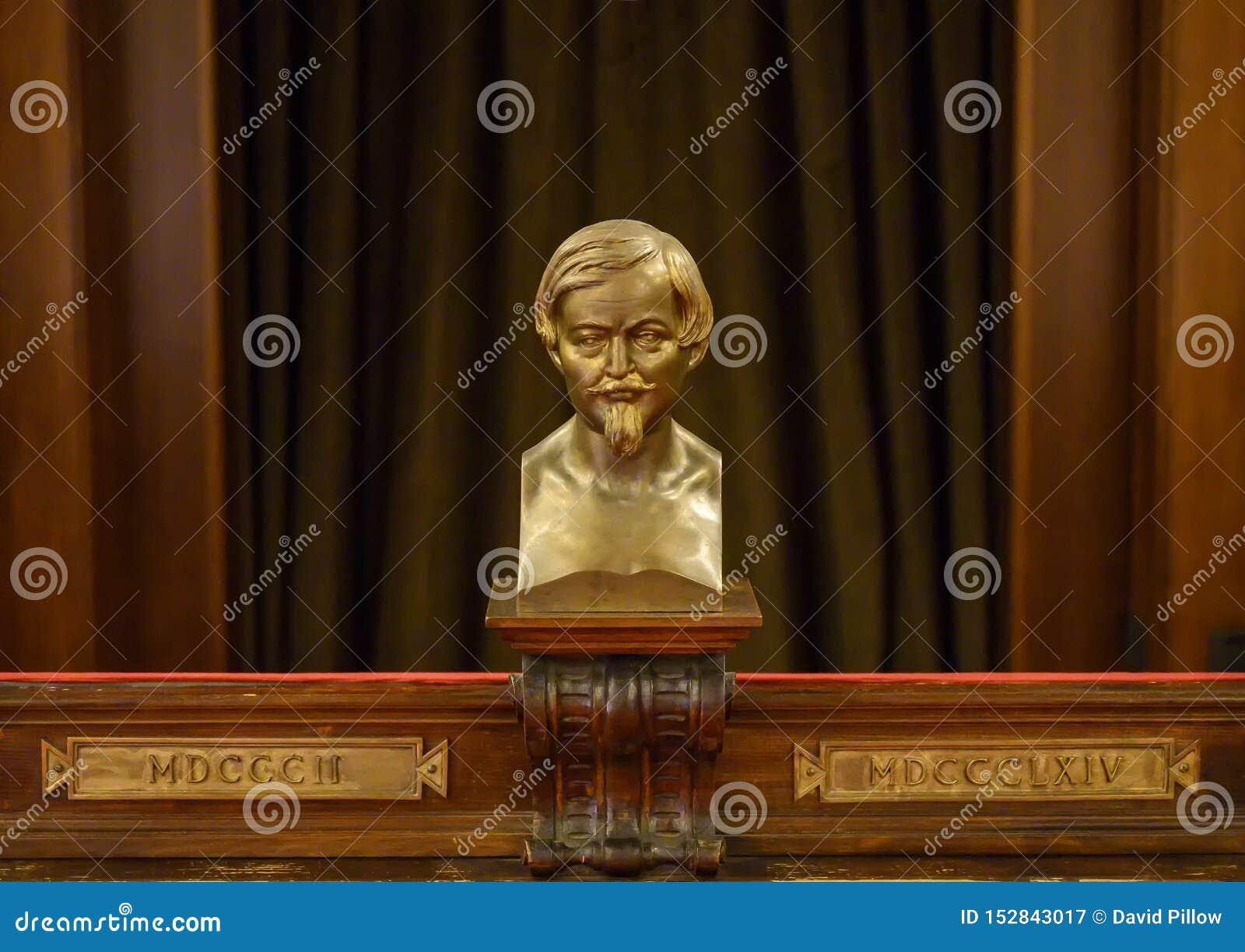 Busto bronzeo del cardinale Federico Borromeo dentro il Biblioteca Ambrosiana a Milano, Italia