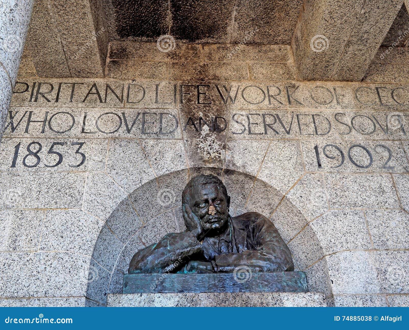 Busto de bronze destruído de C J o Rodes em Rhodes Memorial em Cape Town, África do Sul